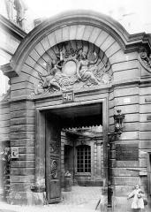 Hôtel des Ambassadeurs de Hollande - Façade sur rue : Porte