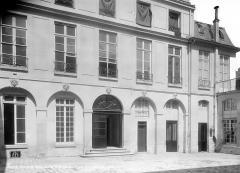 Hôtel Le Tellier ou Barbes (ancien hôtel Deniau de Fontenay ou de Coulanges) - Cour intérieure : Façade de droite