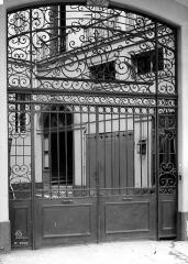 Immeuble - Grille en fer forgé de la cour