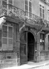 Ancien hôtel de Jassaud - Façade sur rue : Porte et balcon
