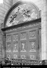 Cathédrale Saint-Gervais et Saint-Protais - Vue intérieure : Porte à vantaux en bois sculpté
