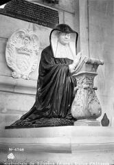 Cathédrale Saint-Gervais et Saint-Protais - Statue en marbre blanc et noir : Louise de Lorraine, abbesse de Soissons morte en 1653