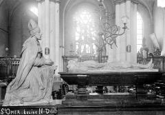 Collégiale, puis cathédrale Notre-Dame, actuellement église paroissiale Notre-Dame - Tombeau d'Eustache de Croy, prévôt de Saint-Omer mort en 1530 : Défunt agenouillé en costume épiscopal et gisant nu