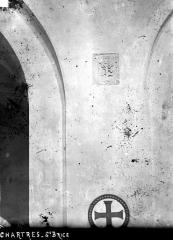 Hôpital Saint-Brice - Chapelle. Petit bas-relief dans le chœur : Elément végétal