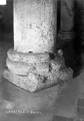 Hôpital Saint-Brice - Chapelle. Crypte : Base d'un pilier