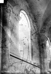 Cathédrale Saint-Julien - Vue intérieure du bas-côté : Colonne et chapiteau