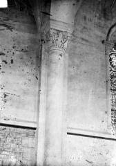 Cathédrale Saint-Julien - Vue intérieure du bas-côté : Fenêtre, colonnes et chapiteaux