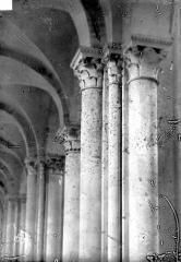 Cathédrale Saint-Julien - Vue intérieure du bas-côté : Colonnes et chapiteaux