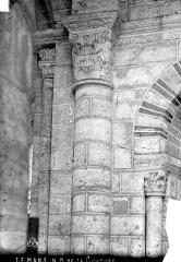 Abbaye de la Couture - Eglise : Pilier de la nef avec chapiteau historié