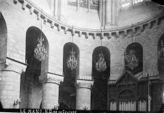 Abbaye de la Couture - Eglise. Vue intérieure du chœur : Chapiteaux et arcades