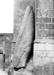Menhir, dressé contre la cathédrale, dit Pierre Saint-Julien - Vue d'ensemble, de profil
