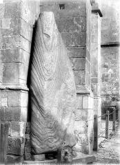 Menhir, dressé contre la cathédrale, dit Pierre Saint-Julien - Vue d'ensemble, de face