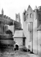 Cathédrale Sainte-Cécile - Cour intérieure et façade nord de la cathédrale