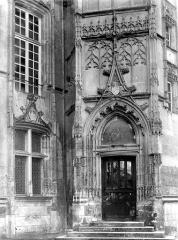 Evêché et ses dépendances - Tourelle : Porte et fenêtre