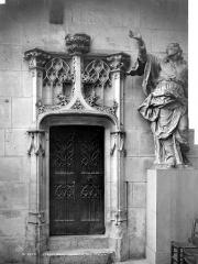 Cathédrale Notre-Dame - Vue intérieure du transept nord : Porte d'escalier