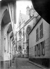 Eglise Saint-Jean - Façade ouest en perspective, prise d'une rue
