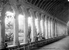 Restes de l'ancienne abbaye de la Guiche - Cloître : Vue intérieure d'une galerie