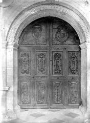 Château - Chapelle : Porte d'entrée sous le porche