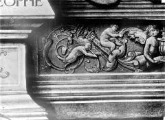 Eglise Saint-Martin - Vitrail, baie 2 (détail) : Frise de la partie inférieure