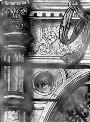 Eglise Saint-Martin - Vitrail, baie 3 (détail) : Motif architectural