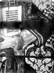 Eglise Saint-Martin - Vitrail, baie 3 (détail) : Bras gauche de saint Etienne tenant le livre des Evangiles