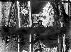 Eglise Saint-Martin - Vitrail, baie 3 (détail) : Mains jointes de l'évêque François de Dieuteville