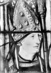 Eglise Saint-Martin - Vitrail, baie 3 (détail) : Tête de l'évêque François de Dieuteville