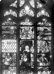 Eglise Saint-Martin - Vitrail, baie 4 (ensemble) : Charles de Villiers, évêque de Beauvais, ambassadeur à la cour de Charles Quint. Vierge à l'Enfant. Le pape Adrien VI d'Utrecht en soldat du Christ