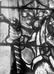 Eglise Saint-Martin - Vitrail, baie 4 (détail) : La main du pape Adrien VI d'Utrecht en soldat du Christ