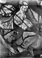 Eglise Saint-Martin - Vitrail, baie 4 (détail) : Eléments de la cuirasse du pape Adrien VI, au niveau du buste