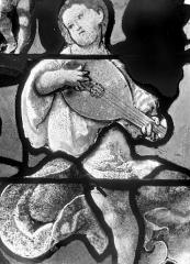 Eglise Saint-Martin - Vitrail, baie 4 (détail) : Ange jouant du luth