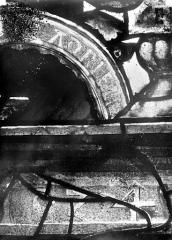 Eglise Saint-Martin - Vitrail, baie 4 (détail) : Inscription sancti Adrien