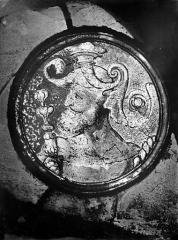Eglise Saint-Martin - Vitrail, baie 4 (détail) : Personnage barbu dans un médaillon