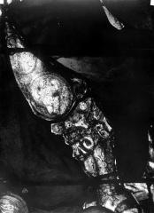 Eglise Saint-Martin - Vitrail, baie 4 (détail) : Elément de la cuirasse du pape Adrien VI, au niveau de la cuisse