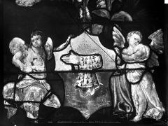 Eglise Saint-Martin - Vitrail, baie 4 (détail) : Angelots aux pieds du pape Adrien VI