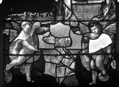 Eglise Saint-Martin - Vitrail, baie 4 (détail) : Angelots aux pieds de Charles de Villiers