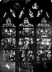 Eglise Saint-Martin - Vitrail, baie 5 (ensemble) : Anne de Montmorency, épouse de Guy de Laval et de Rochefort, et ses filles. Guy de Laval et de Rochefort et saint Guy. Sainte Madeleine au pied de la croix