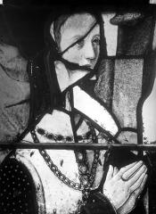 Eglise Saint-Martin - Vitrail, baie 5 (détail) : Buste d'une des filles d'Anne de Montmorency, épouse de Guy de Laval et de Rochefort