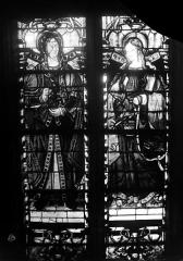 Eglise Saint-Martin - Vitrail, baie 9 (partie médiane) : Deux saintes