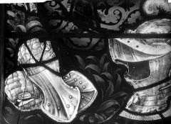 Eglise Saint-Martin - Vitrail, baie 10 (détail) : Armure