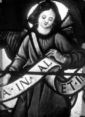 Eglise Saint-Martin - Vitrail, baie 11 (détail) : Ange tenant un phylactère