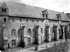 Ancienne abbaye royale de Fontevraud, actuellement centre culturel de l'Ouest - Réfectoire du Grand-Moûtier : Façade sud