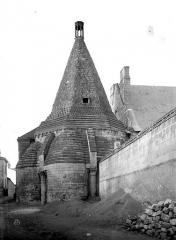 Ancienne abbaye royale de Fontevraud, actuellement centre culturel de l'Ouest - Tour d'Evrault (ancienne cuisine) : Vue d'ensemble, côté sud-est
