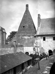 Ancienne abbaye royale de Fontevraud, actuellement centre culturel de l'Ouest - Tour d'Evrault (ancienne cuisine) : Vue d'ensemble, côté sud
