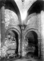 Ancienne abbaye royale de Fontevraud, actuellement centre culturel de l'Ouest - Tour d'Evrault (ancienne cuisine) : Vue intérieure du rez-de-chaussée