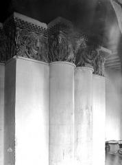 Ancienne abbaye royale de Fontevraud, actuellement centre culturel de l'Ouest - Eglise : Chapiteaux du deuxième pilier sud de la nef (Christ bénissant, Mise au Tombeau de la Vierge)