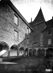 Château, actuellement musée départemental d'art contemporain et sous-préfecture de Rochechouart - Cour