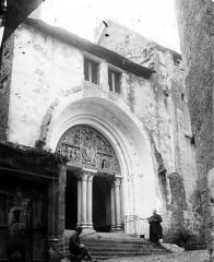 Eglise et son cloître - Eglise : Façade ouest et portail