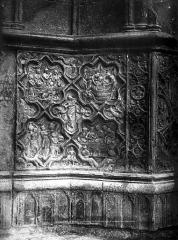Ancienne cathédrale Saint-Etienne - Portail ouest, porte centrale, soubassement
