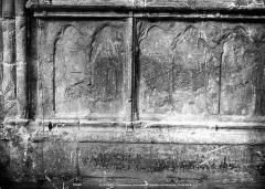 Ancienne cathédrale Saint-Etienne - Portail ouest, porte de droite, soubassement